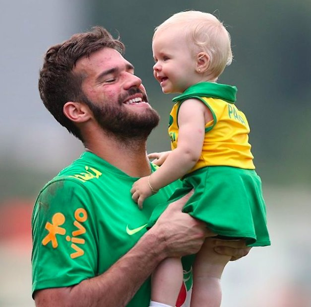 Alisson Becker med sitt barn.